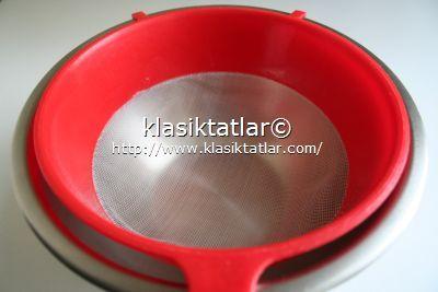 tencere ve süzgeç mascarpone peyniri yapımı